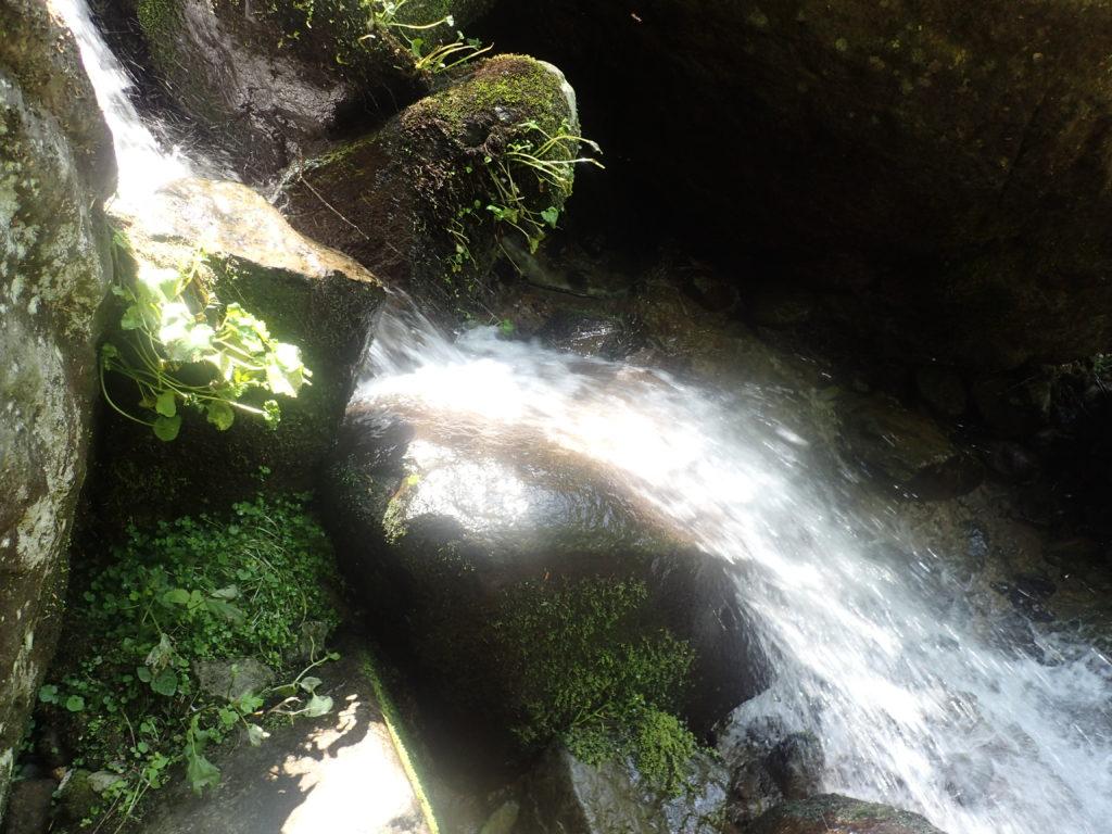 火打山登山道にある黒沢橋近くの滝