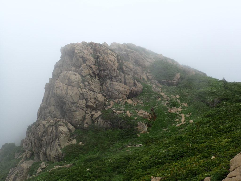 至仏山と小至仏山を結ぶ稜線の岩稜
