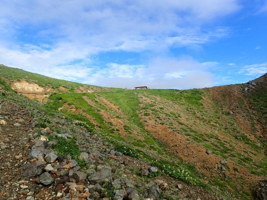 那須岳の峠の茶屋ルートから見上げる峰ノ茶屋跡避難小屋