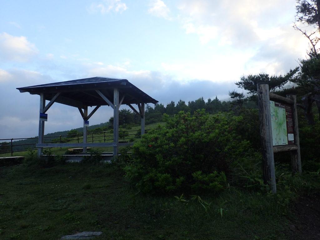 根子岳登山道にある東屋