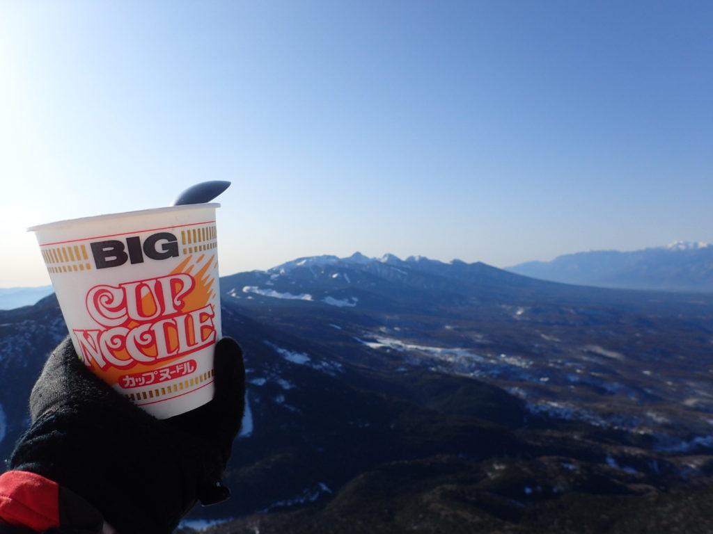 八ヶ岳を眺めながらのカップヌードル