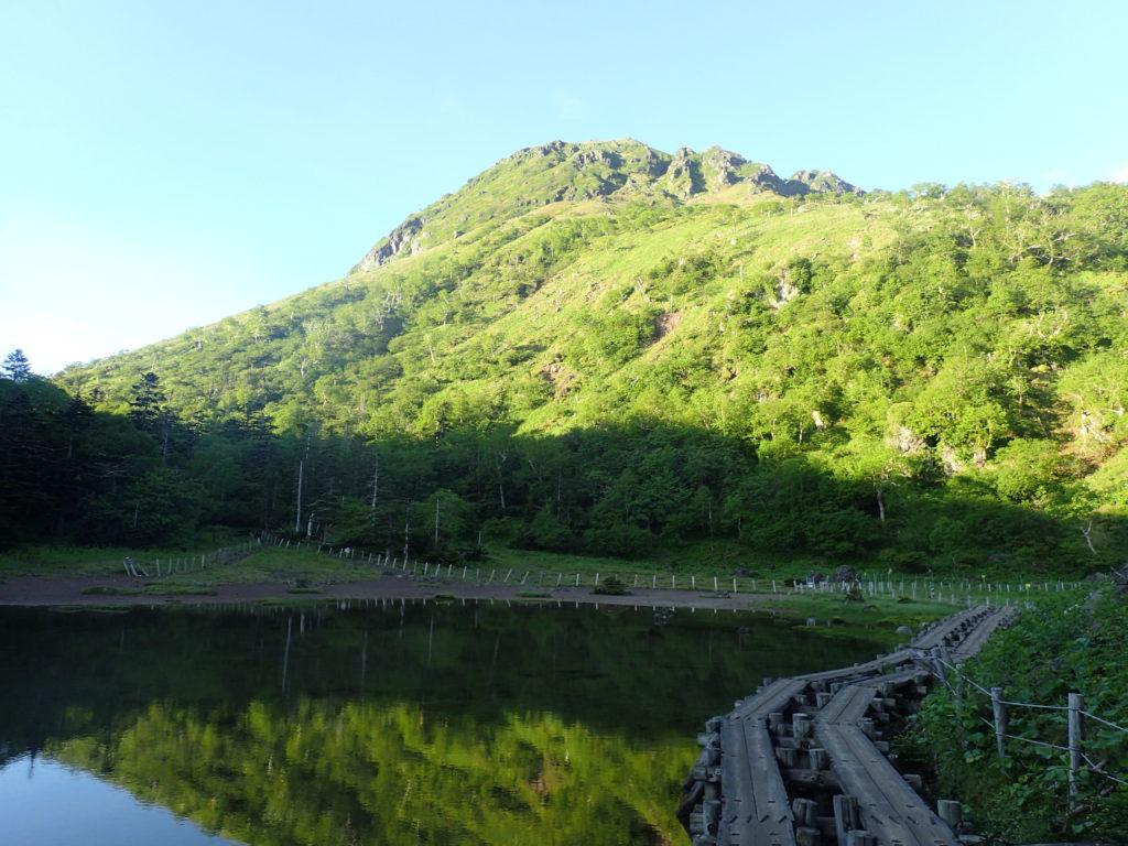 弥陀ヶ池と日光白根山