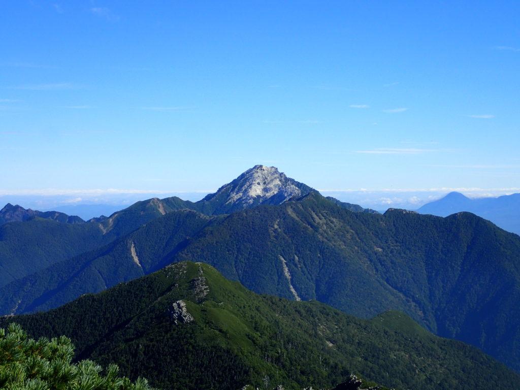 北岳の登山道から見る甲斐駒ヶ岳