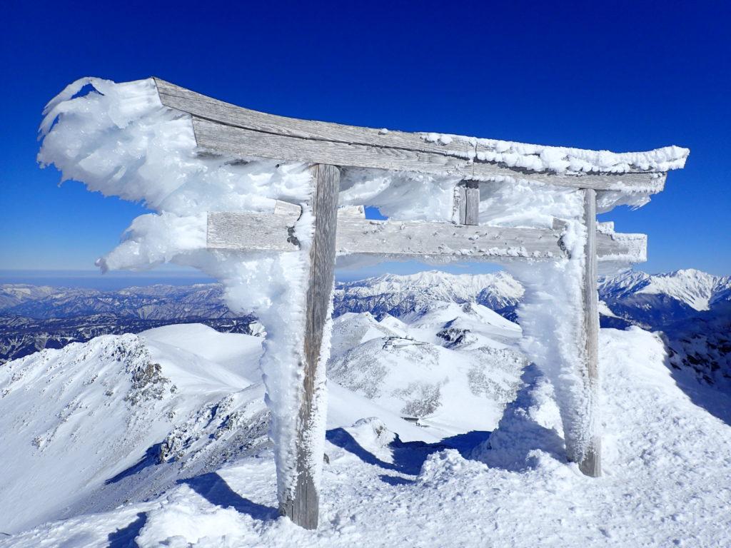 冬の乗鞍岳山頂の鳥居