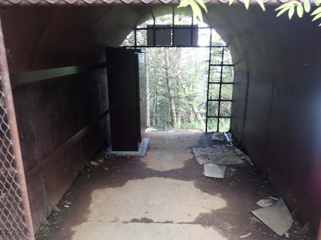 黒斑山登山道(表コース)にある避難小屋の中