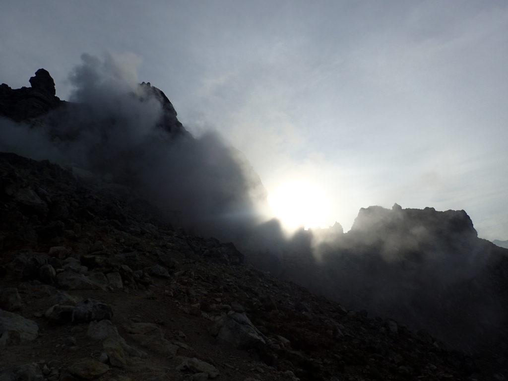噴煙を上げる焼岳
