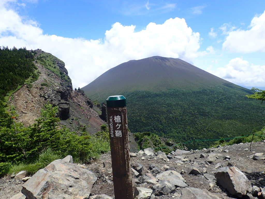 黒斑山登山道(表コース)にある槍ヶ鞘から撮影したトーミの頭と浅間山