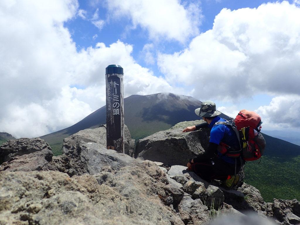黒斑山登山道(表コース)にあるトーミの頭で浅間山を背景に記念撮影