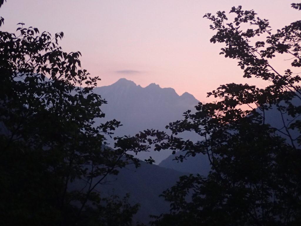 焼岳登山口(中の湯)から朝日に染まる穂高岳