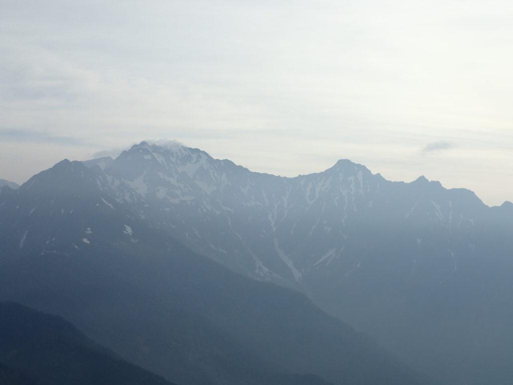 焼岳山頂から眺める奥穂高岳と前穂高岳をつなぐ吊尾根