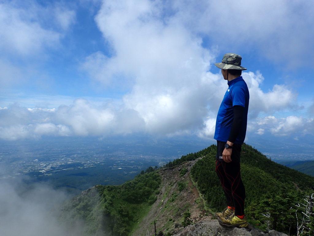 黒斑山登山道(表コース)にあるトーミの頭で上田市・小諸市方面を背景に記念撮影