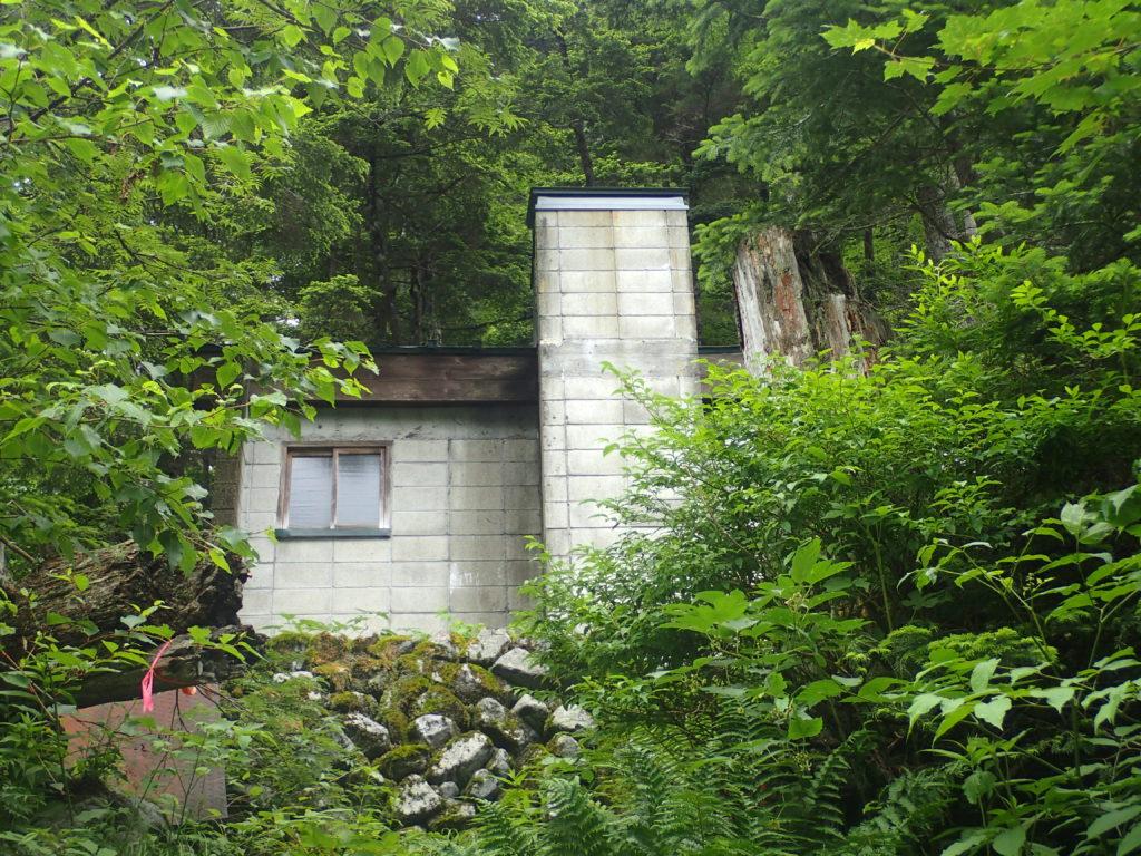 槍ヶ岳の新穂高ルートの滝谷の避難小屋