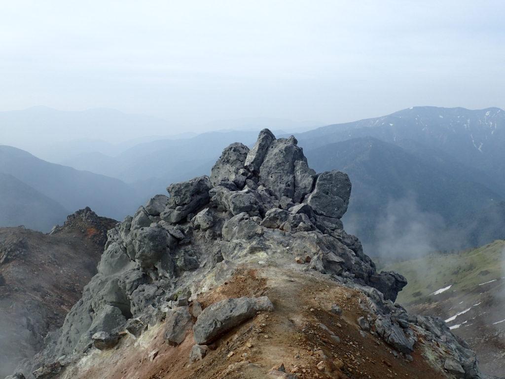 焼岳北峰山頂の岩場