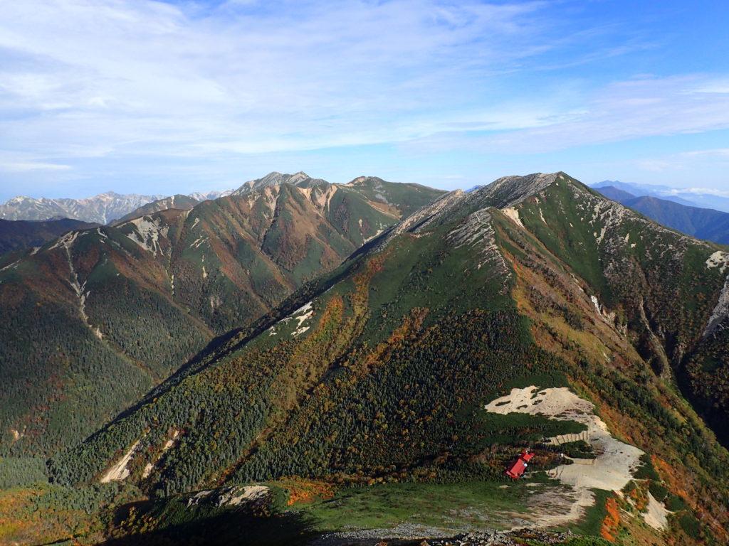 常念岳山頂から見る常念小屋と横通岳