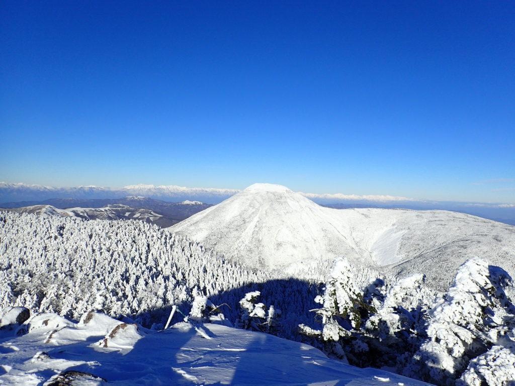 北八ヶ岳の北横岳から見た冬の蓼科山