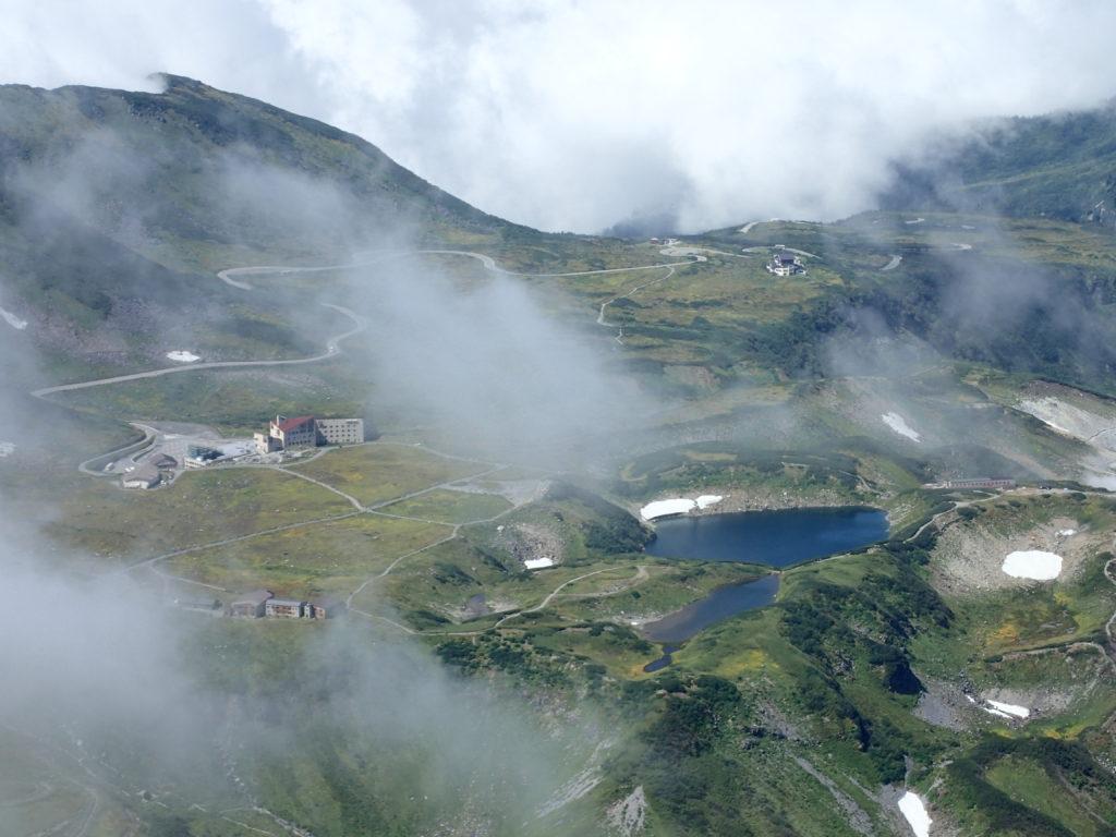 立山の稜線上から見おろす室堂とミクリガ池