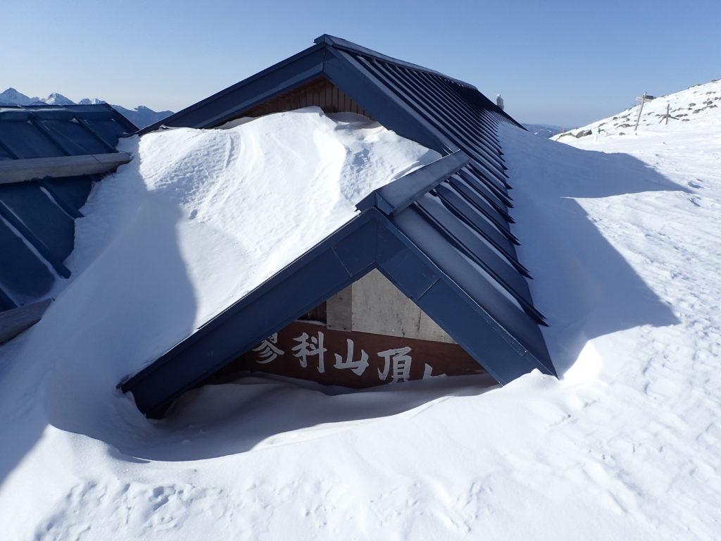 雪に埋もれた蓼科山頂ヒュッテ
