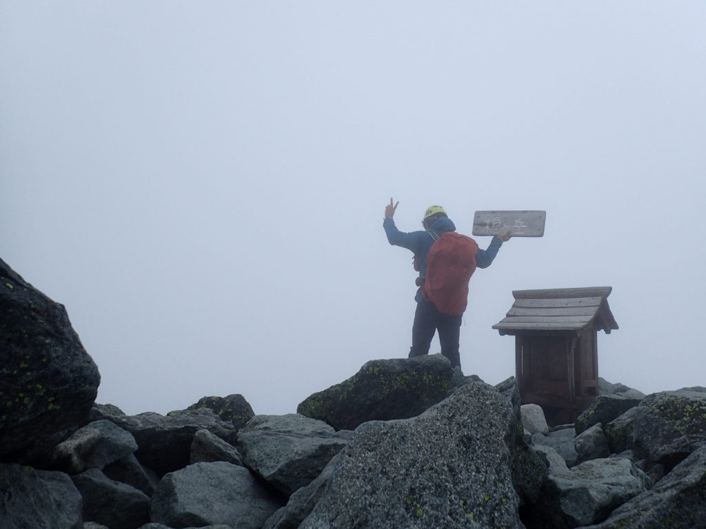 槍ヶ岳山頂で記念撮影