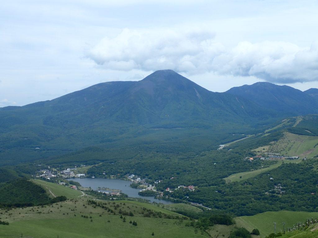 霧ケ峰の車山から見た蓼科山と白樺湖
