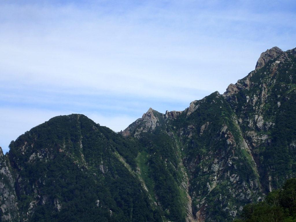 早月尾根から見る小窓尾根のドームとピラミッドピーク