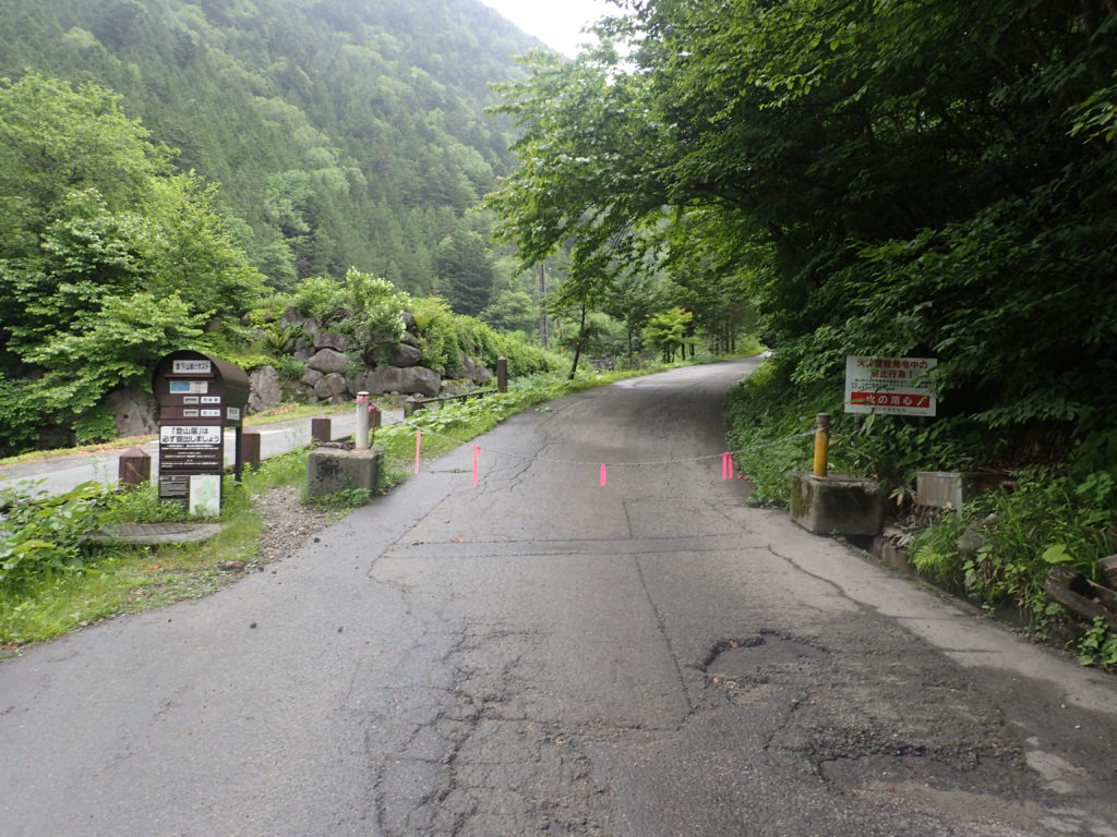 槍ヶ岳へと続く右俣林道入口