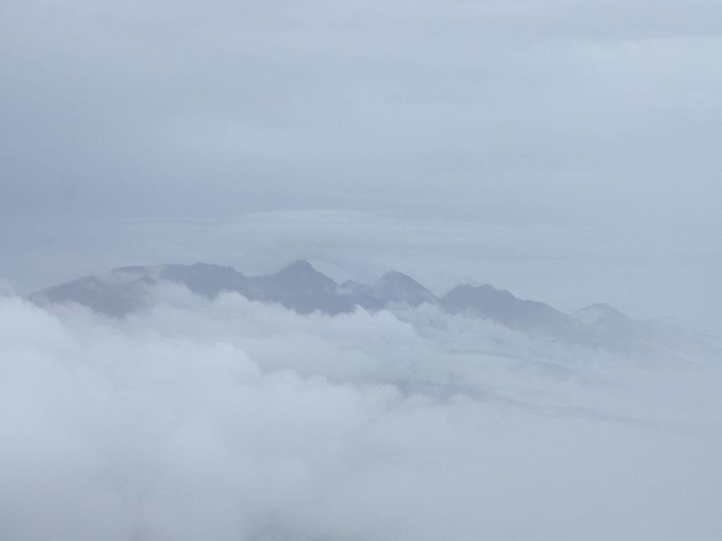 蓼科山女乃神茶屋ルート登山道から見る雲の上に山頂を出した八ヶ岳