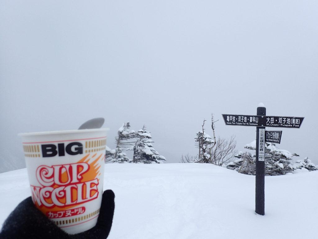 雪の北横岳山頂でカップヌードル