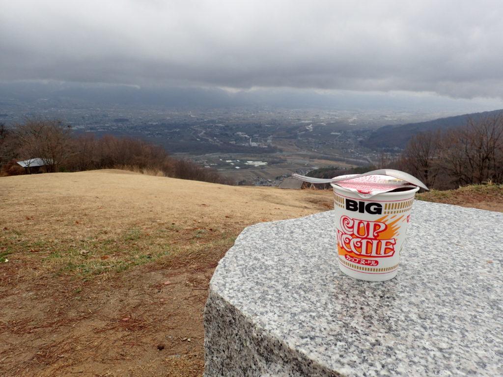 長峰山で安曇野市を見渡しながらカップヌードル