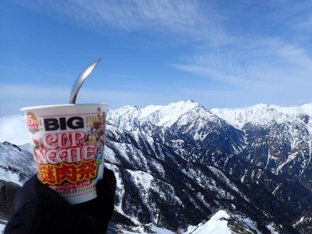 燕岳山頂で槍ヶ岳を眺めながらのカップヌードル