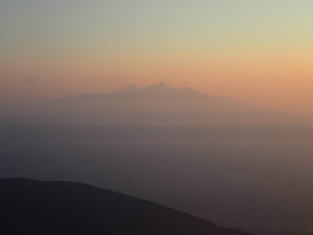 甲斐駒ヶ岳黒戸尾根ルートから見る朝日に染まる八ヶ岳