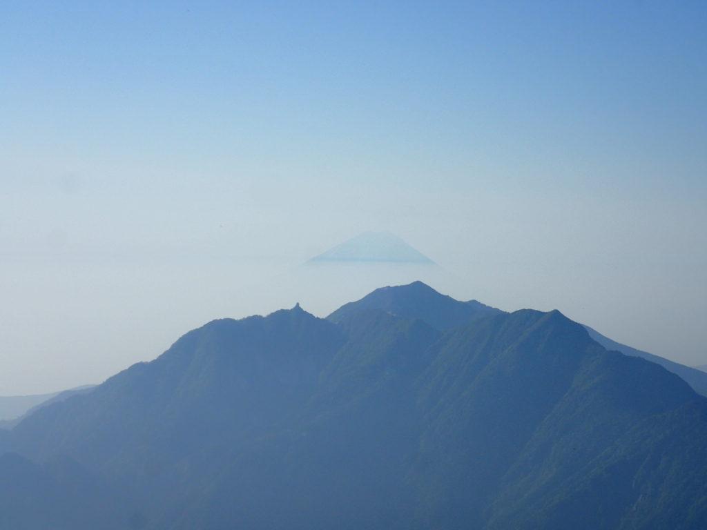 甲斐駒ヶ岳山頂から見る鳳凰三山と富士山