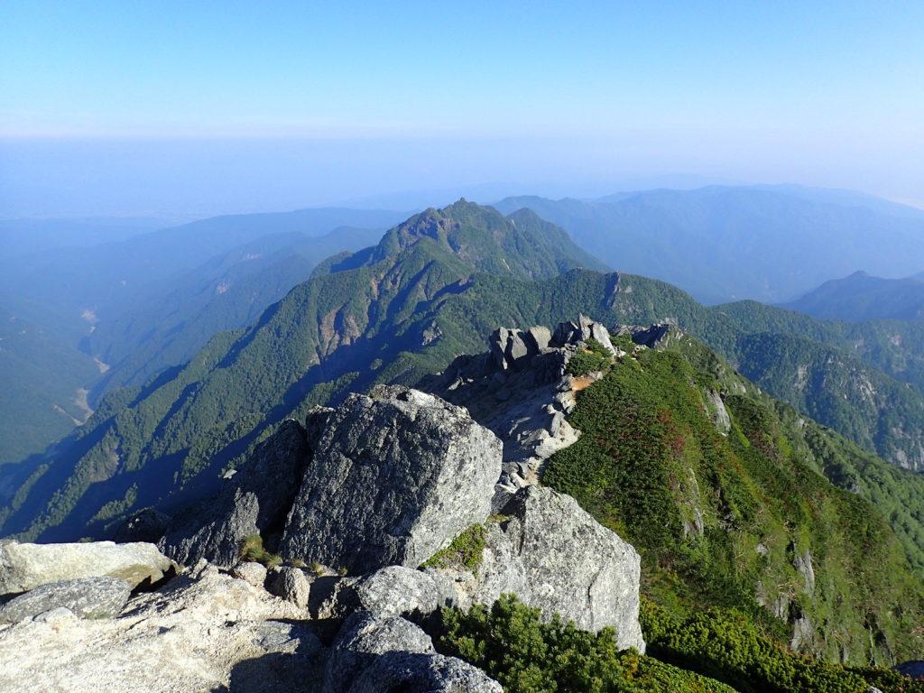 甲斐駒ヶ岳山頂から見る鋸岳方面