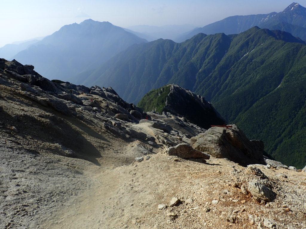 甲斐駒ヶ岳山頂から北沢峠に続く登山道