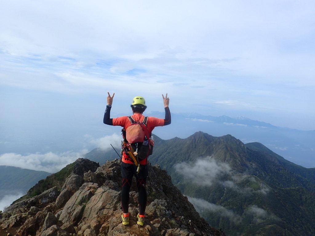 赤岳で権現岳をバックに記念撮影