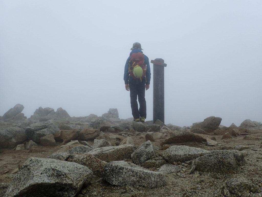 雨の木曽駒ヶ岳でモンベルの登山用レインウェアであるトレントフライヤーを着て記念撮影