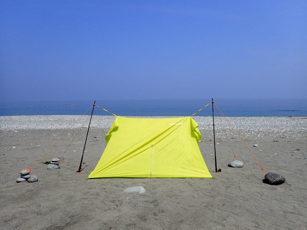海岸でモンベルのライトツェルトを設営