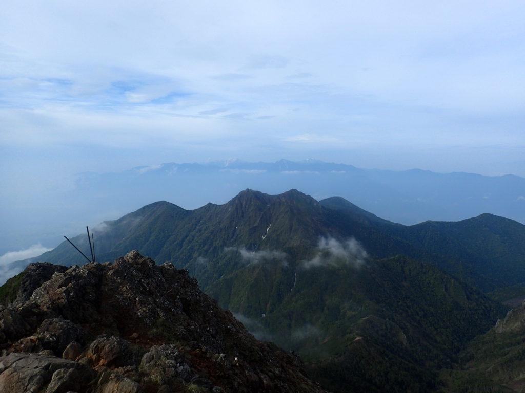 赤岳から見る権現岳越しの南アルプス
