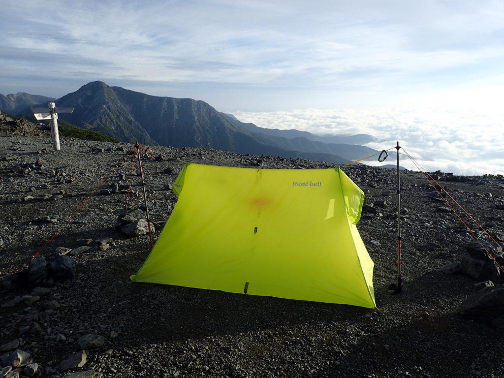 蝶ヶ岳ヒュッテテント場で常念岳と雲海をバックにツェルト撮影