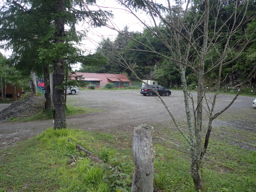 赤岳山荘の駐車場