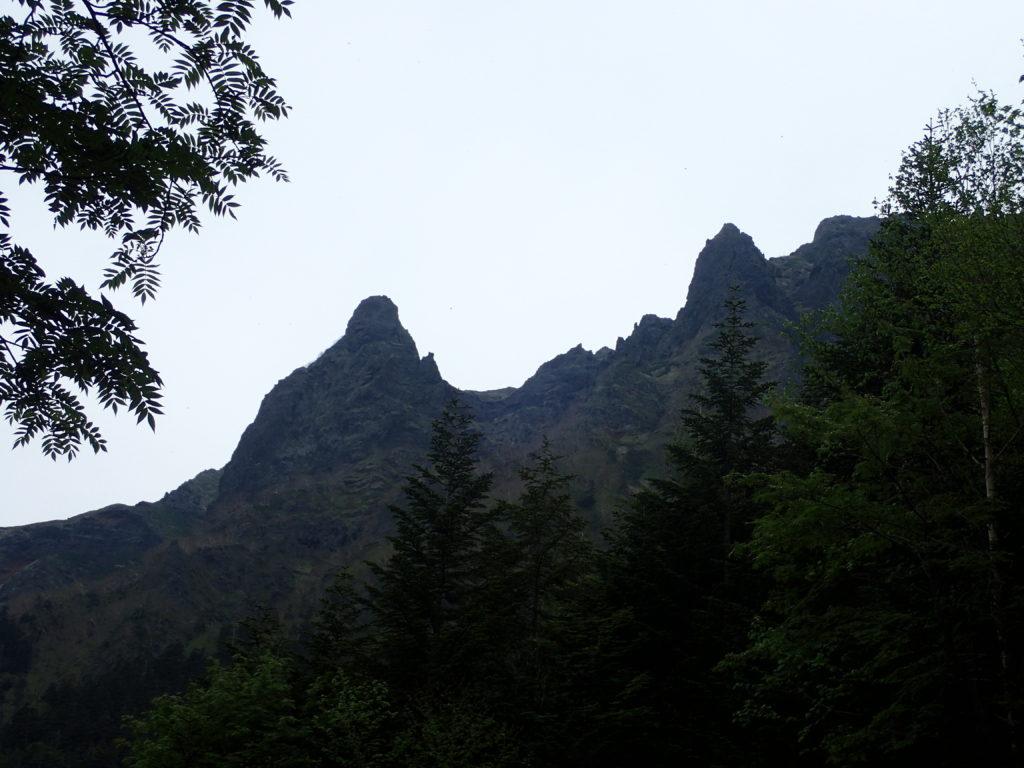 赤岳鉱泉から行者小屋へ向かう登山どうからの横岳の大同心と小同心