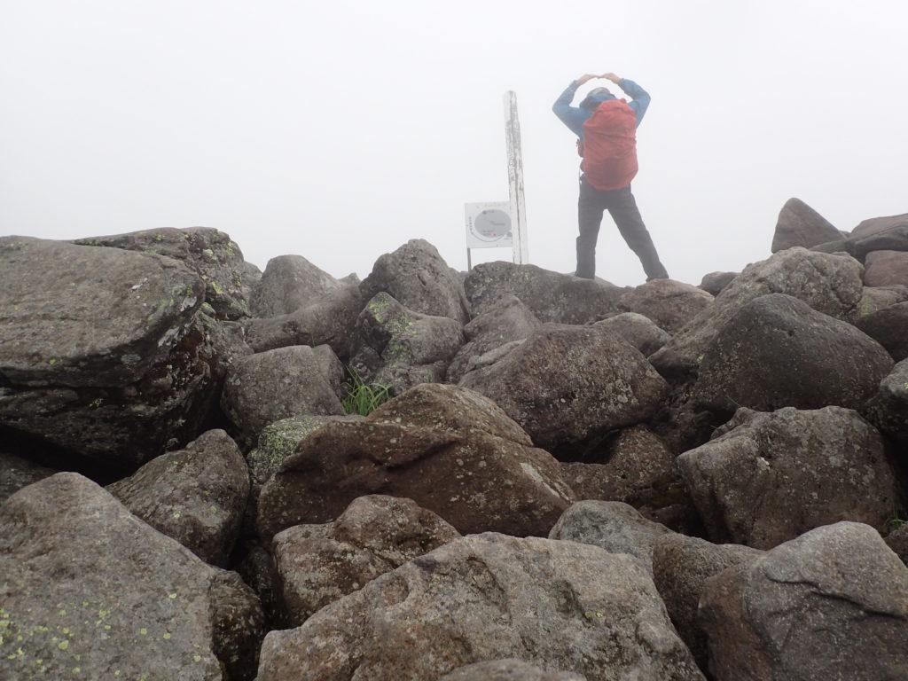 雨の蓼科山でモンベルの登山用レインウェアであるトレントフライヤーを着て記念撮影