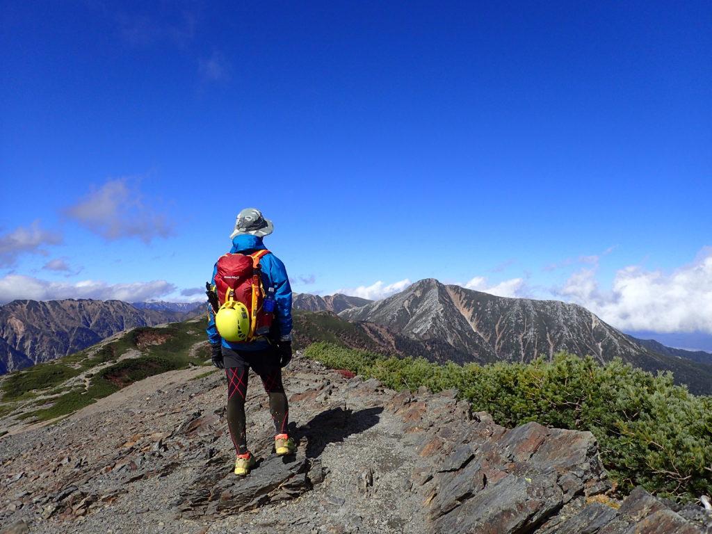 蝶ヶ岳の稜線でモンベルの登山用レインウェアであるトレントフライヤーを着て記念撮影