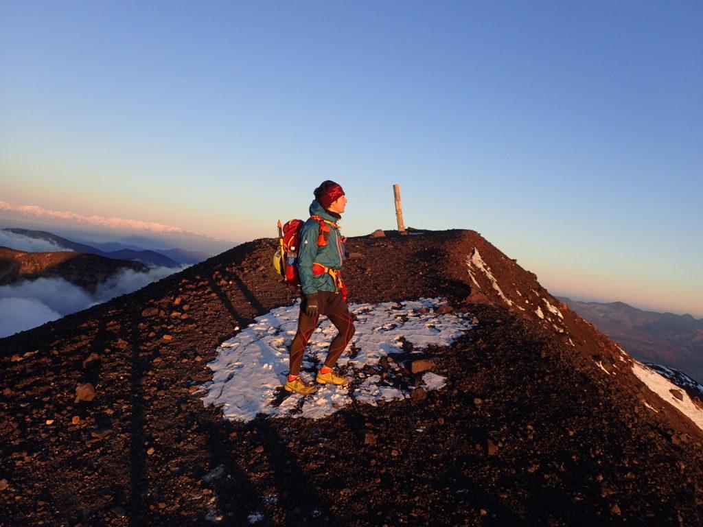 浅間山山頂でモンベルの登山用レインウェアであるトレントフライヤーを着て記念撮影