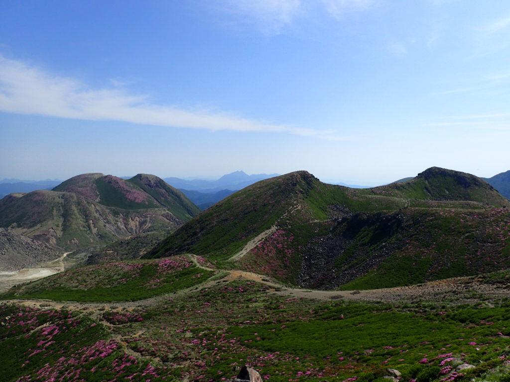 九重山(久住山)の稜線から眺める三俣岳と中岳