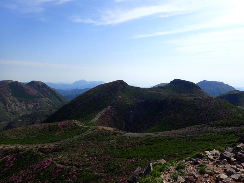 九重山(久住山)の稜線から眺める中岳