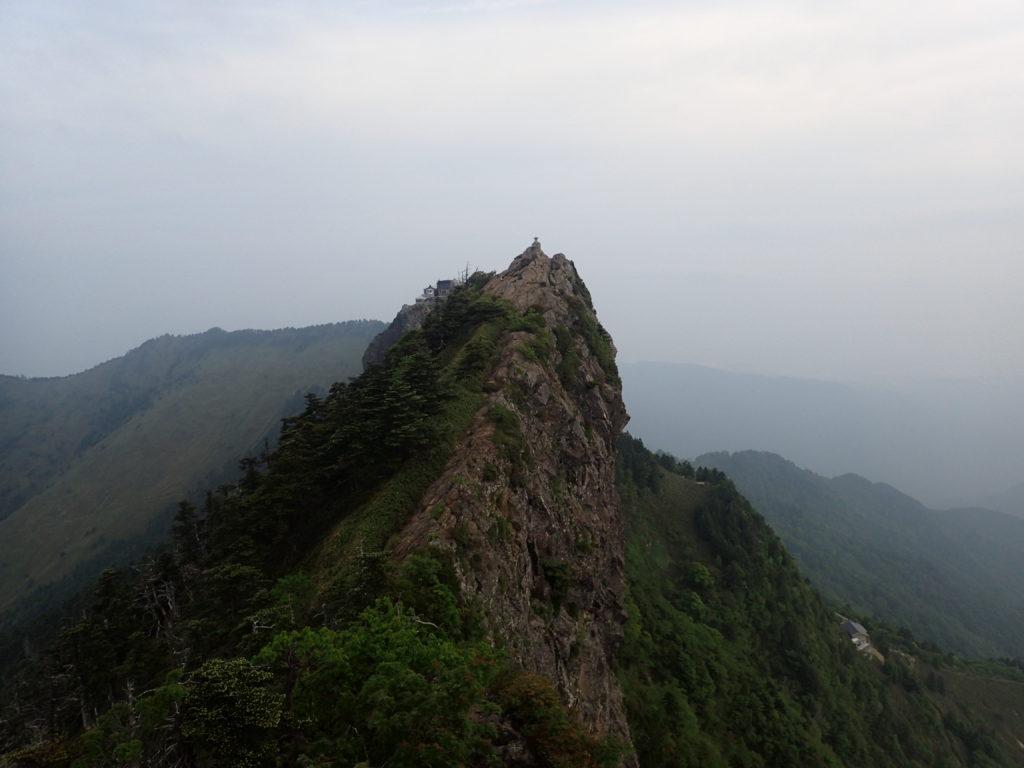石鎚山の天狗岳の先のピークから天狗岳を振り返る