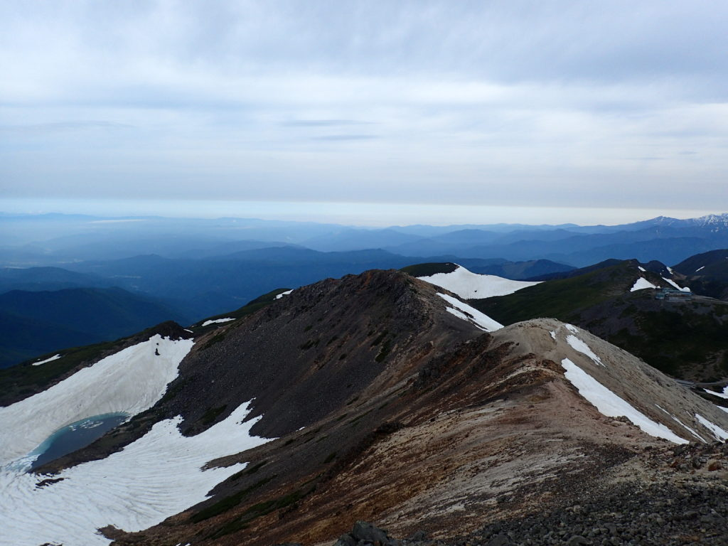 乗鞍岳最高峰の剣ヶ峰から見る蚕玉岳と朝日岳