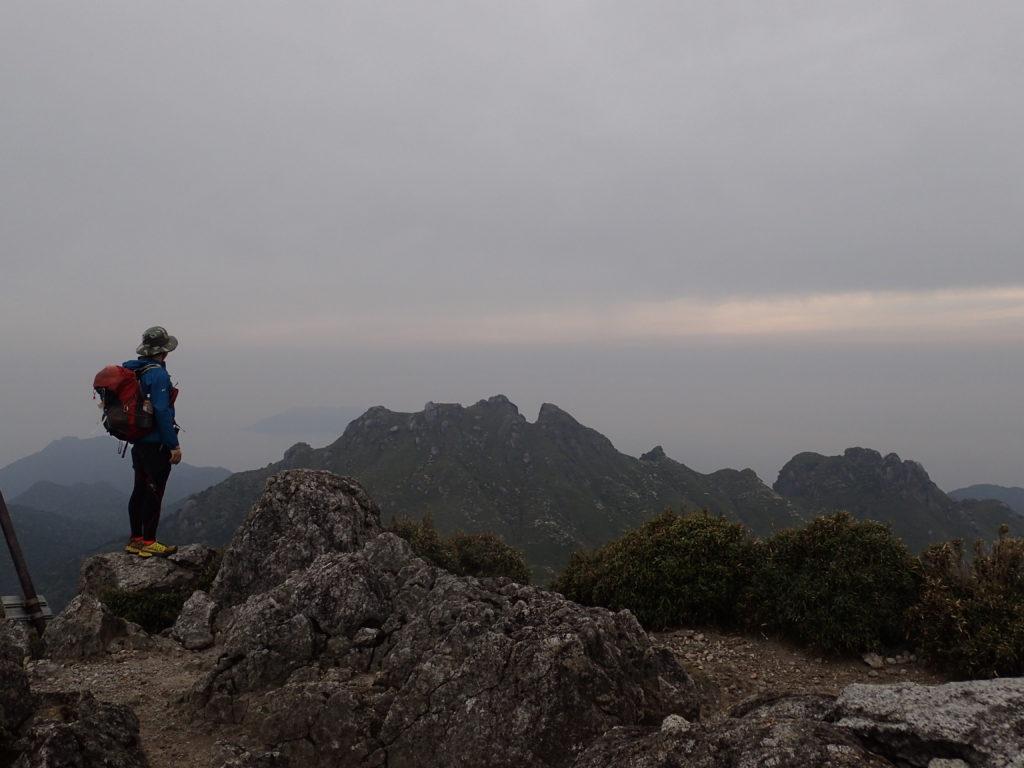 宮之浦岳山頂から永田岳を眺める