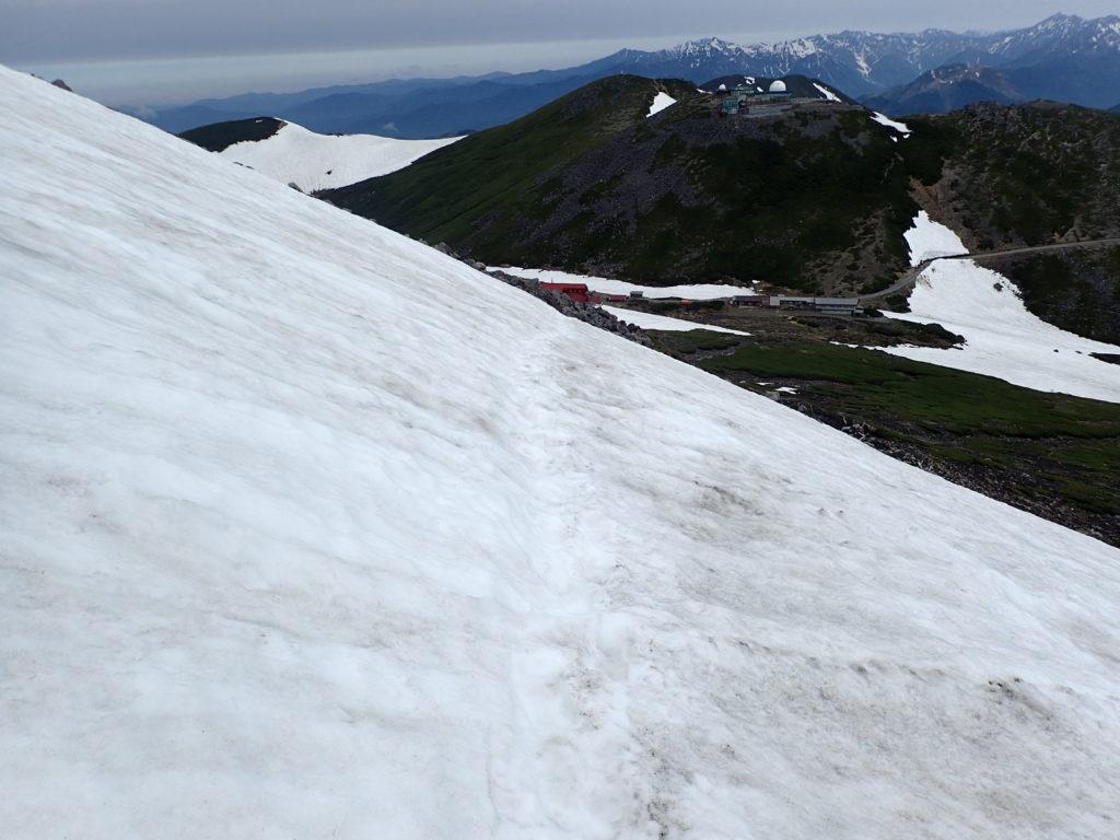 乗鞍岳の朝日岳直下の雪道