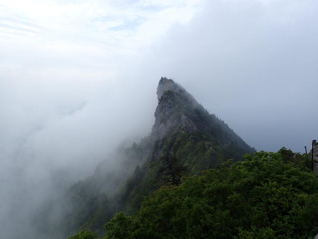 霧に覆われつつある石鎚山の天狗岳